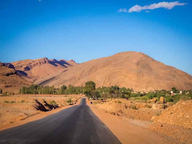 Straße im atlasgebirge in marokko während des tages