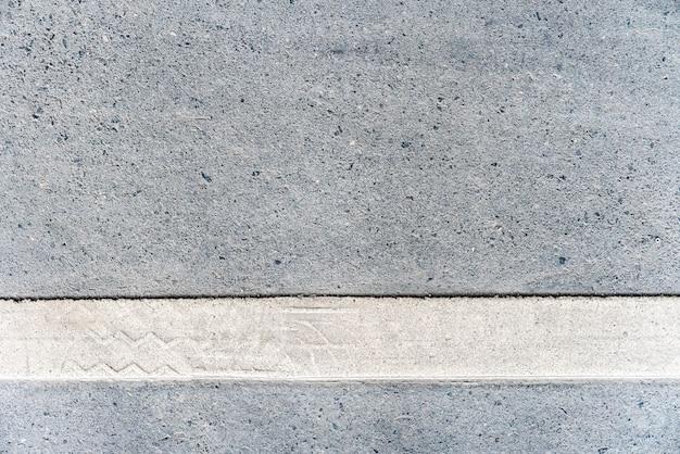 Straße im freien mit weißer linie markierung auf der unteren beschaffenheit.
