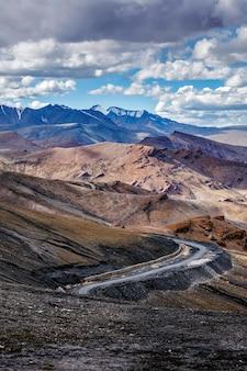 Straße im himalaya mit bergen