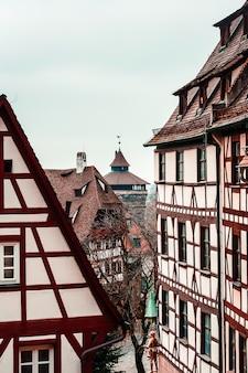 Straße im historischen stadtzentrum der altstadt von nürnberg, dächer von fachwerkhäusern in der altstadt bayerns, deutschland