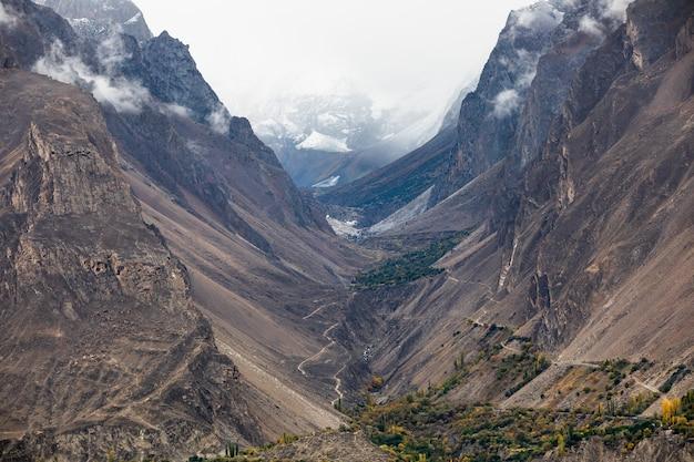 Straße im trockenen canyon karakorum berge hunza valley
