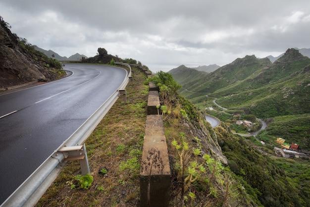 Straße in anaga-bergen in teneriffa-insel, kanarische inseln, spanien.