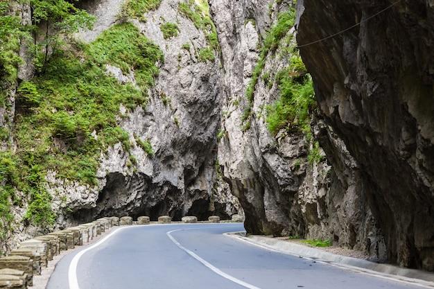 Straße in bergen. der bicaz canyon ist eine der spektakulärsten straßen rumäniens