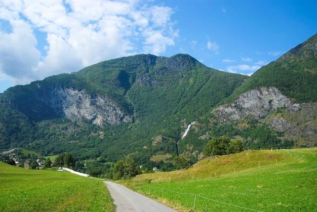 Straße in den bergen in flam, norwegen. landstraße auf berglandschaft. schönheit der natur. wandern und camping. sommerreise und reisen. urlaub und fernweh.