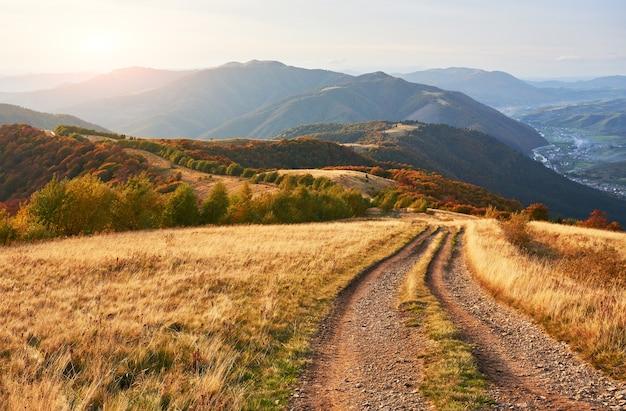 Straße in den bergen. wunderbare herbstliche berglandschaft.