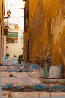 Straße in der alten spanischen stadt. alicante