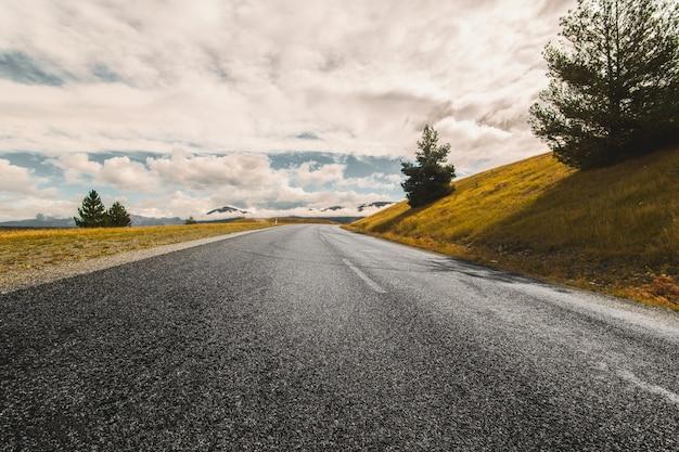 Straße in der mitte des feldes