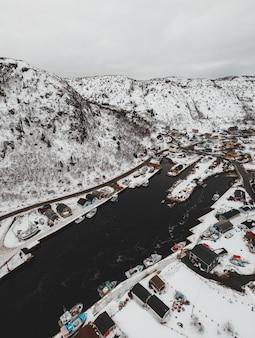 Straße in der nähe von schneebedeckten bergen während des tages