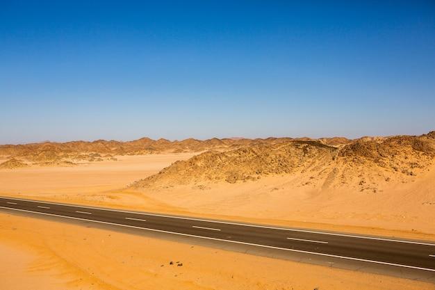 Straße in der sahara-wüste von ägypten