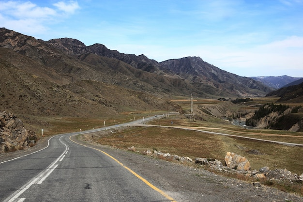 Straße in einer bergigen gegend
