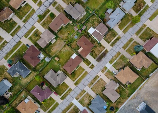Straße in einer kleinen stadt in der landschaft von oben luftaufnahme cleveland ohio usa