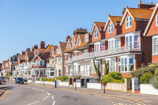 Straße in england mit typischen häusern