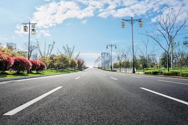 Straße mit bäumen an den seiten