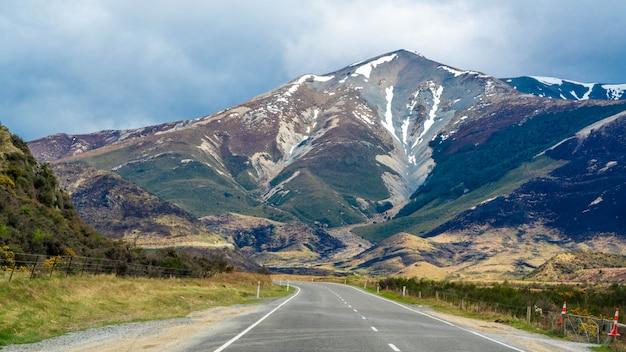 Straße mit blick auf die berge