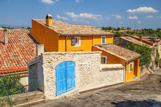 Straße mit bunten authentischen häusern in valensole provence france