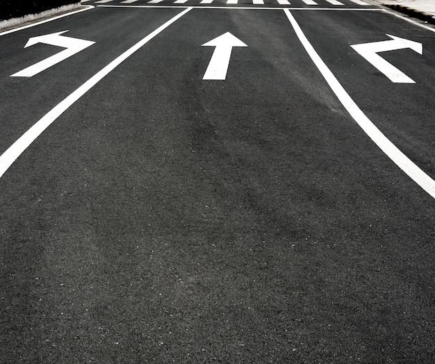 Straße mit drei pfeilen