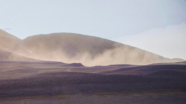 Straße mit einem nebligen vulkan
