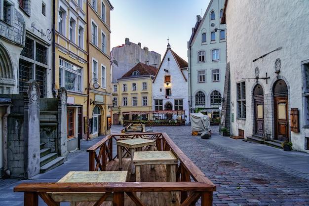 Straße mit mittelalterlichen gebäuden von schöner architektur. tallinn estland.