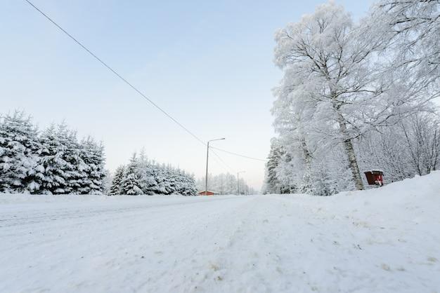 Straße mit starken schneefällen bedeckt