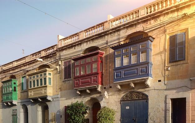 Straße mit traditionellen bunten balkonen in malta