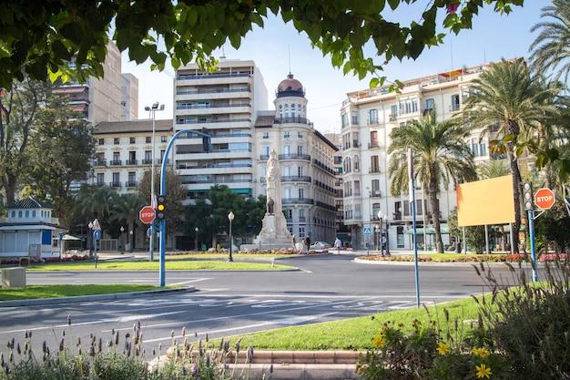 Straße mit typischen ferienwohnungen im stil in costa blanca, spanien