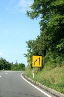 Straße mit verkehrszeichen