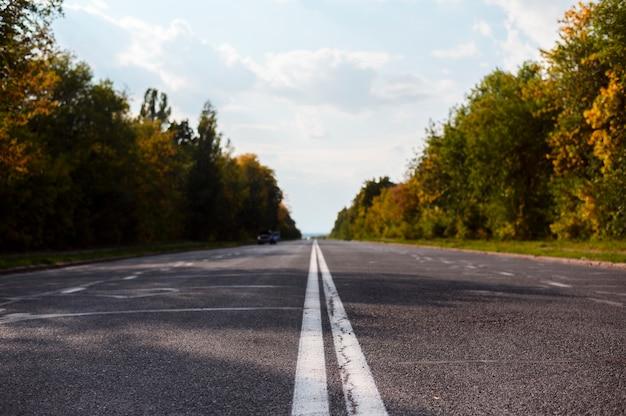 Straße mitten in der natur