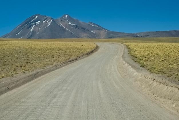 Straße nach lagunas altiplanicas (plateau lakes) in der atacama-wüste