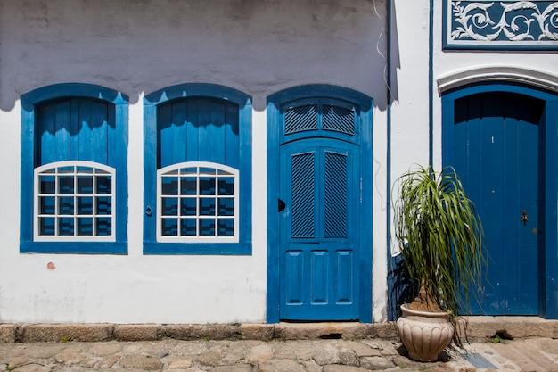 Straße und alte portugiesische kolonialhäuser im historischen stadtzentrum in paraty, staat rio de janeiro