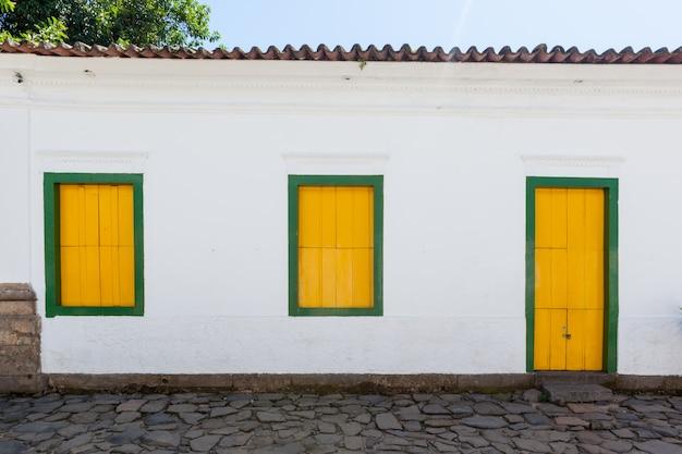 Straße und alte portugiesische kolonialhäuser im historischen stadtzentrum in paraty