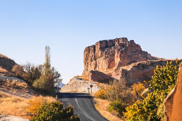 Straße und berg in cappadokia