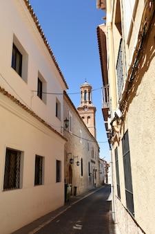 Straße und kirche von sant martin, provinz ocaña, toledo, kastilien-la mancha, spanien
