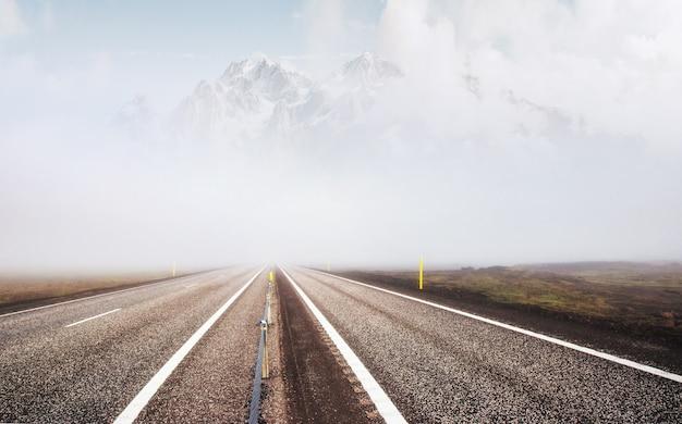 Straße und schneebedeckter berg, seitenansicht. panoramalandschaft