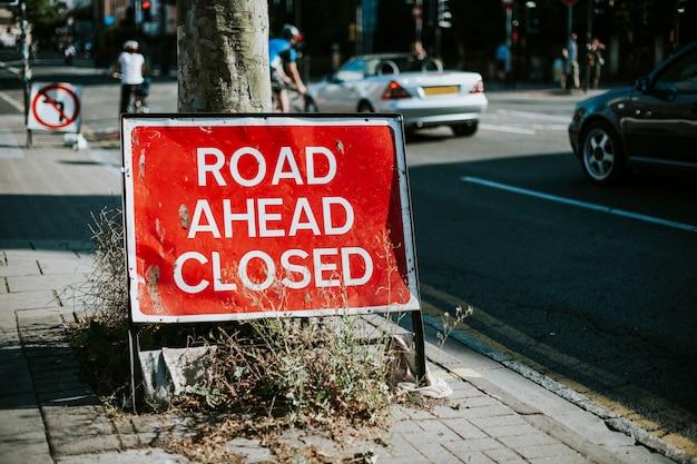 Straße voraus geschlossenes zeichen auf dem bürgersteig
