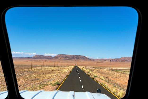 Straße weg zum spitzkoppe-gebirge. die spitzkoppe ist eine gruppe kahler granitgipfel in der swakopmund namib wüste - namibia