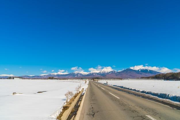 Straße zum berg im winter (japan)