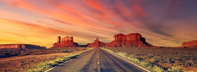 Straße zum monument valley bei sonnenuntergang, usa