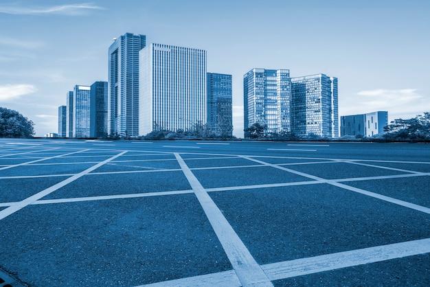 Straßen-boden und städtische moderne architekturlandschaftsskyline