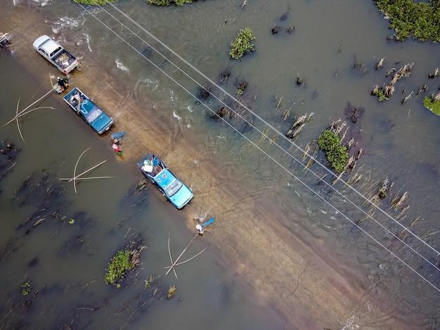 Straßen mit autos überflutet
