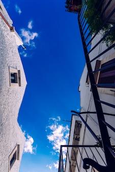 Straßen mit häusern mit weiß getünchten wänden der typisch italienischen stadt locorotondo.
