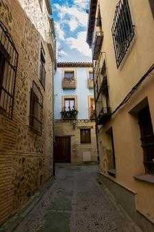 Straßen und blaues haus der stadt toledo in spanien.