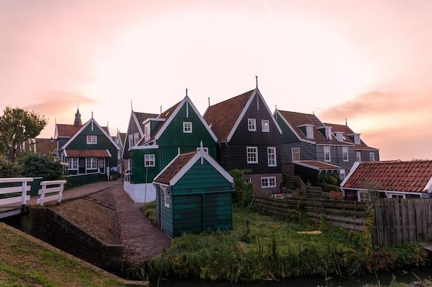 Straßen und typische häuser der stadt von marken, holland.