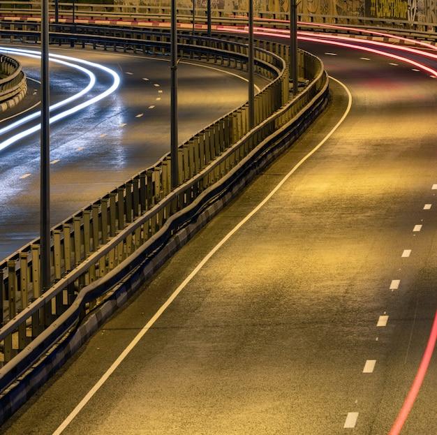 Straßenauto lichtstreifen. nachtlicht malerei streifen.