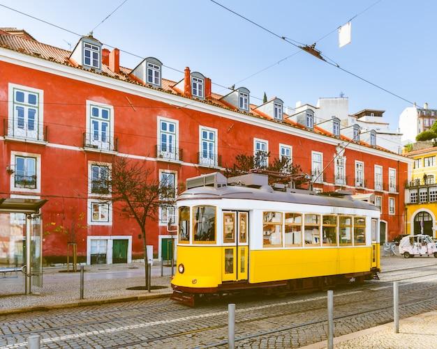Straßenbahn 28, die berühmte gelbe straßenbahn in lissabon