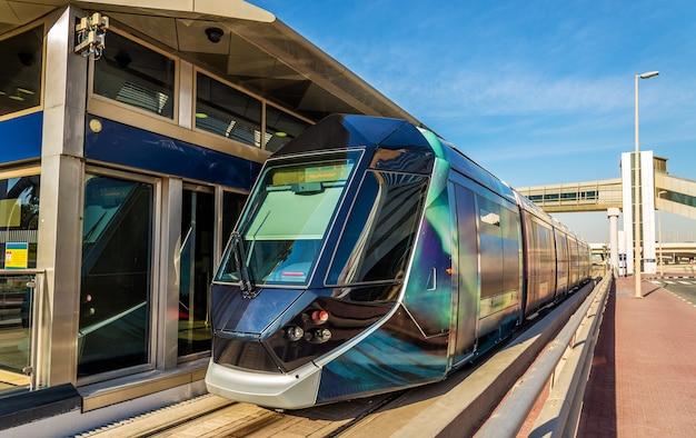 Straßenbahn an einer klimatisierten station in jumeirah, dubai
