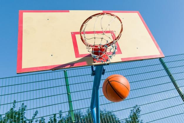 Straßenbasketball, nahaufnahme des basketballrings und ball
