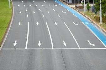 Straßenbelag in Japan Es ist ein direkter Weg, ein Fahrrad zu haben. Painted in blau Ein Parkplatz