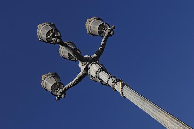 Straßenbeleuchtung im quadratischen le capitole toulouse, frankreich