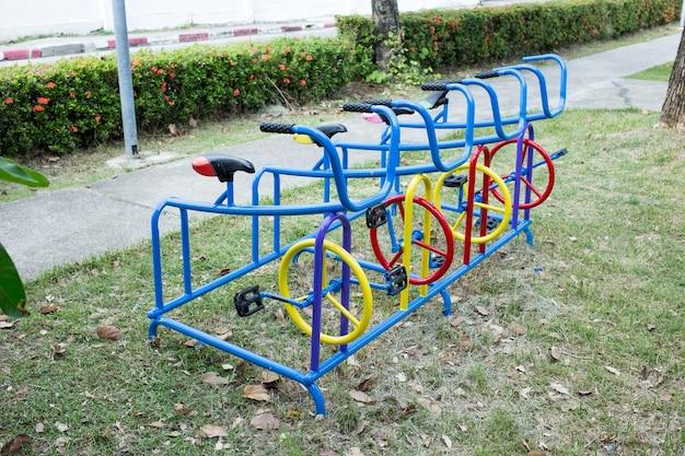Straßenblaues trainingsgerät im park.