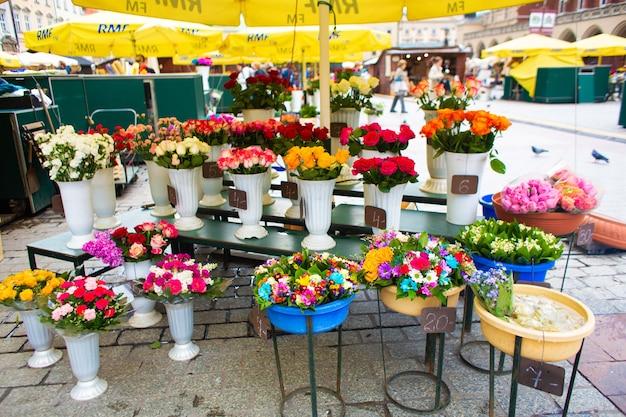 Straßenblumenladen. blumen in vasen auf der straße.